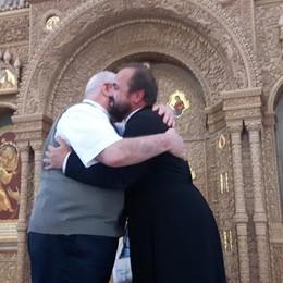 San Pietroburgo, l'abbraccio del vescovo  alla Chiesa ortodossa - Il video