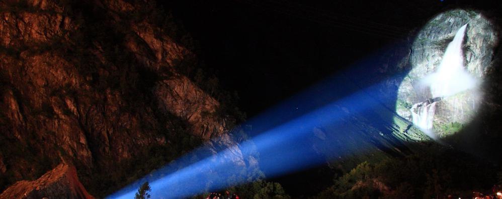 Cascate del Serio, spettacolo in notturna Guarda il video del triplice salto