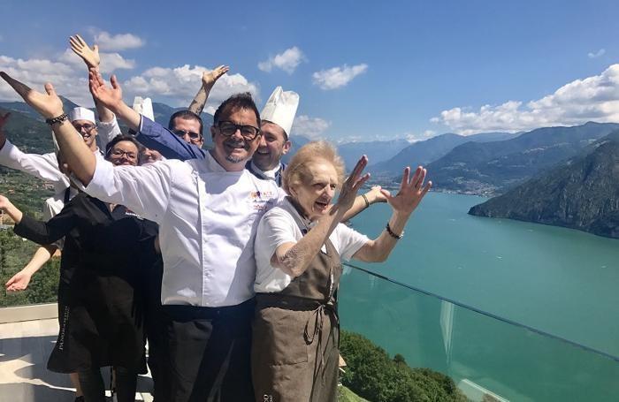 Beppe Bertoletti con mamma Rosa e collaboratori