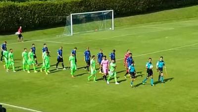 Clusone, amichevole Atalanta - Giana.  Le squadre entrano in campo