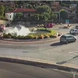 Freni bloccati, auto finisce nella fontana Sarnico, il «tuffo» è spettacolare - Video