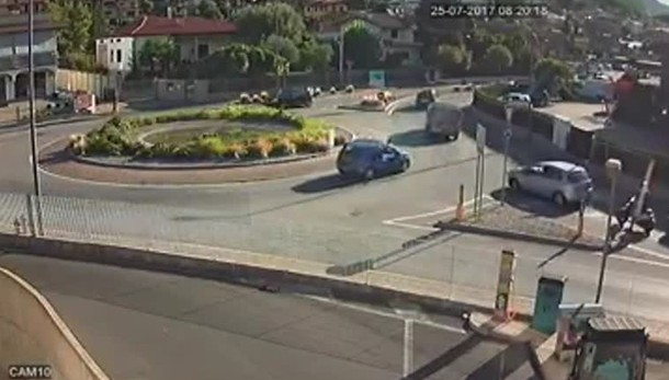 Freni bloccati, auto finisce nella fontana Sarnico, il «tuffo»è spettacolare