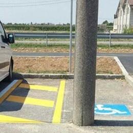 Zanica, ecco il posto per i disabili  Ma al centro è spuntato un palo...