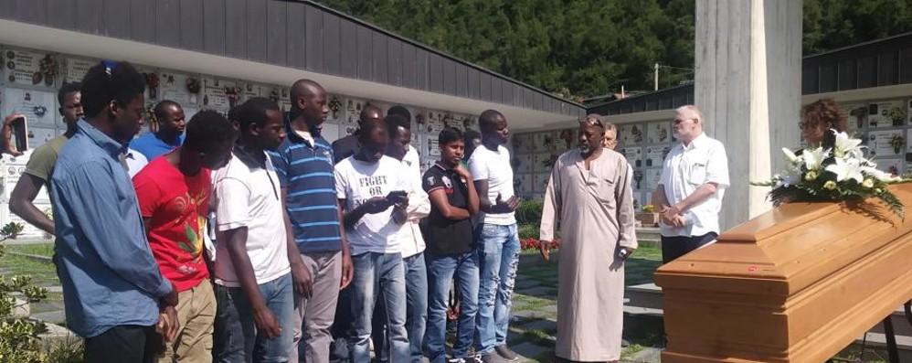 Annegato nel lago d'Endine Cristiani e islamici pregano insieme