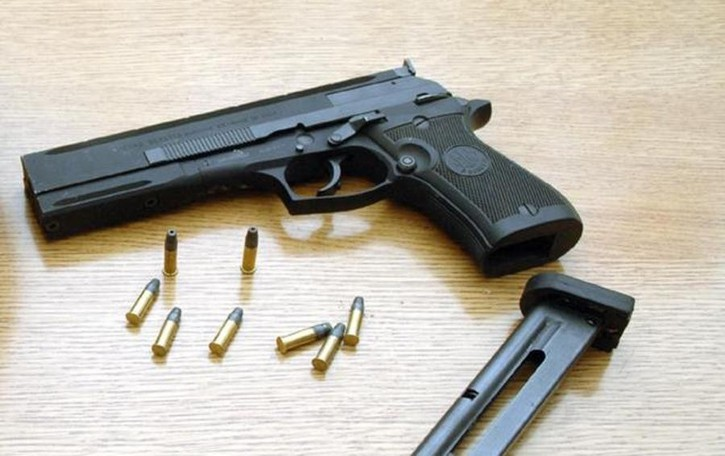 Gli deve dei soldi,  minaccia con la pistola «Esasperato,  è stata una stupidaggine»