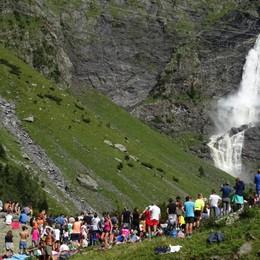 Cascate del Serio, un fiume di gente In migliaia per ammirare lo spettacolo