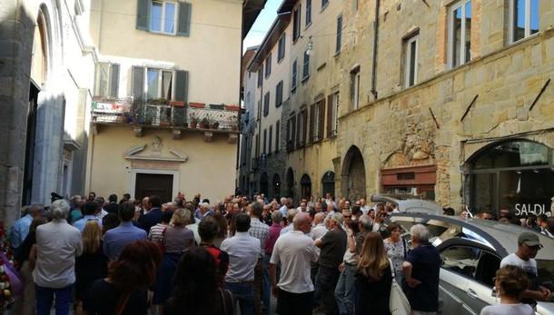 «Ha lavorato per migliorare Bergamo» Chiesa gremita per l'addio a Mimmo
