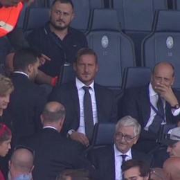 L'esordio di Totti da dirigente A Bergamo bagno di selfie in tribuna