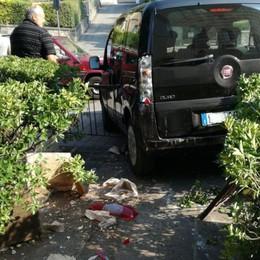 Dimentica il freno, auto si schianta L'incidente in centro a Clusone