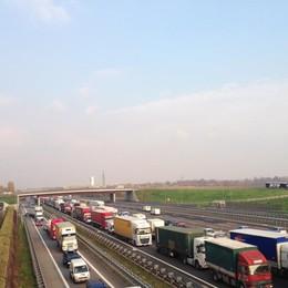 Incidente in A4 tra Dalmine e Bergamo Scontro tra due auto, code in autostrada