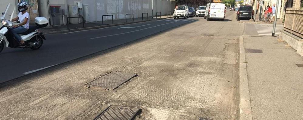 «Buche rischiose per strada» - Foto  Novantenne cade in via Corridoni