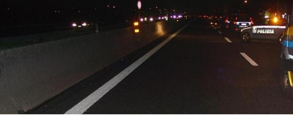 Incidente nella notte in autostrada Un morto, ferito bimbo di 9 anni