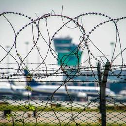 Bomba in valigia per volo Orio -Video  Manchester, condannato il pachistano