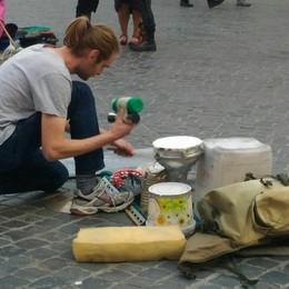 Un bergamasco sta girando l'Italia suonando secchi e pezzi di ferro - Video
