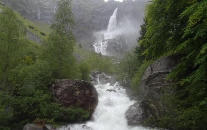 Salto «fuori programma» - Foto/video La pioggia crea le cascate del Serio