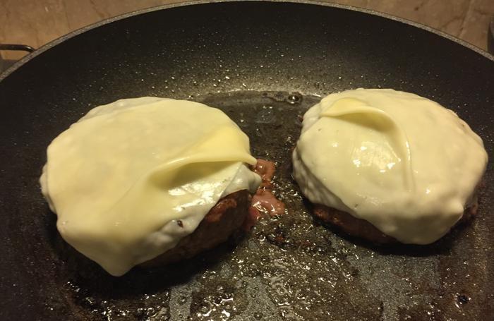 Il formaggio edamer va collocato sugli hambuger un minuto prima della fine della cottura