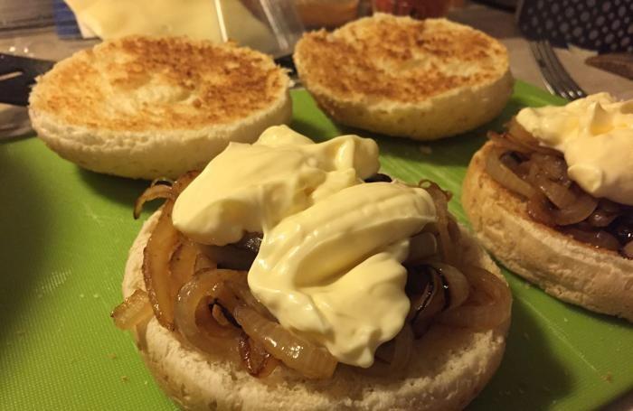 Preparando il panino, collocate le cipolle e poi la maionese, sulla quale appoggiate la carne