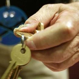Casa svaligiata mentre è dal parrucchiere Ladra «gentile», le restituisce le chiavi