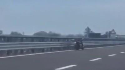 Moto senza nessuno in sella viaggia in autostrada