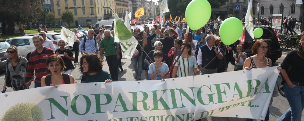 No Parking Fara: «Più partecipazione» In 200 manifestano davanti al Comune