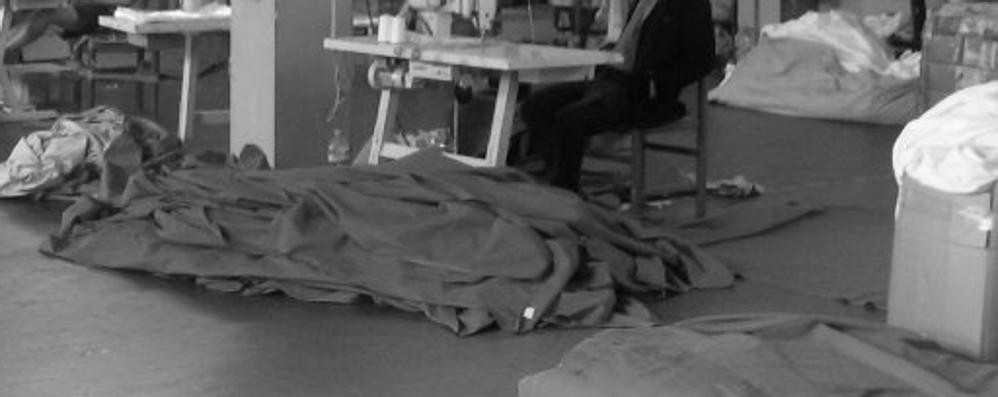Migranti come manodopera clandestina  «Pagati 2 euro ogni 100 lenzuoli piegati»