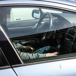 Nonno in auto con i nipotini Guidava alticcio e al telefono