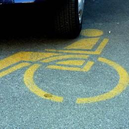 Treviolo, auto nel posto per disabili Ma il pass è dei parenti defunti