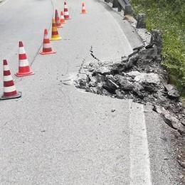 Taleggio, frana di rocce sulla strada Uno squarcio nella carreggiata - Foto