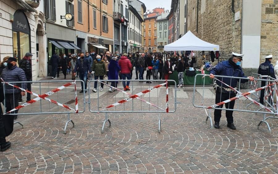Bergamo, controlli anti Covid in centro Chiuse via XX Settembre e la Corsarola