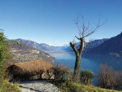 Guardando il lago, da Riva di Solto a Esmate