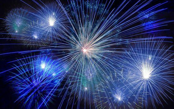 Feste di fine anno in montagna tra cori, fiaccolate, musica e fuochi d'artificio