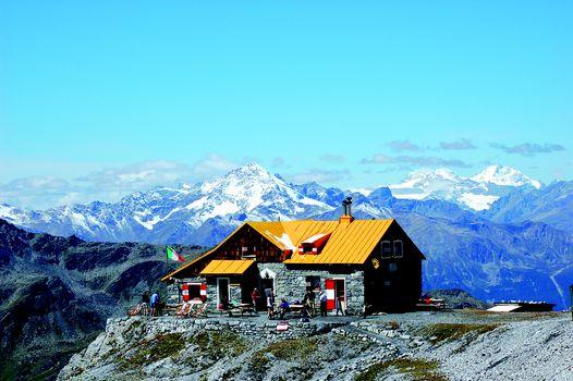 Rifugio Quinto alpini, continua la festa per i 15 anni di gestione