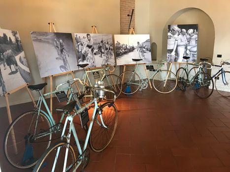 """Il Giro d'Italia fra le bollicine.  E apre la mostra """"Tasting bici"""""""
