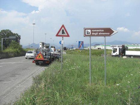Romanico, cartelli stradali per gli Almenno