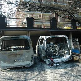 Dopo litigio appicca un incendio Due auto distrutte, danni ingenti