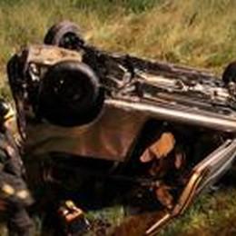 Sfiorata l'ennesima tragedia  Auto si ribalta a Rogno: tre feriti