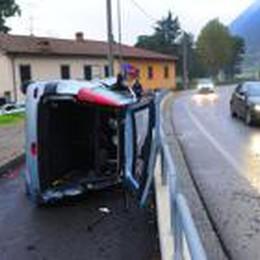 Auto si ribalta sulla ciclovia  Illeso il conducente a Sarnico