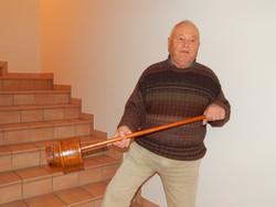 Il proprietario mostra l'arnese con il quale è stato minacciato da un malvivente