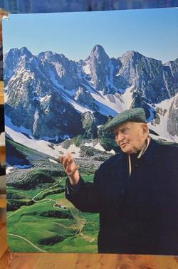 Monsignor Andrea Spada con sullo sfondo le sue montagne