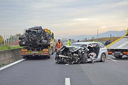 In primo piano la Bmw di Carera, sul carro attrezzi l'Audi del 78enne morto
