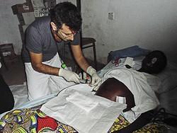 Manzoni, anestesista rianimatore con un malato in africa
