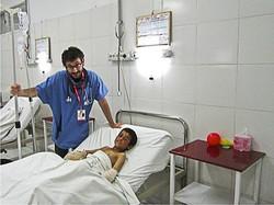 Manzoni con un bambino malato in Afghanistan