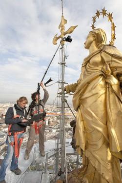 I lavori sulla Madonnina del Duomo di Milano