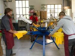 Da sinistra Andrea Giudici, Michele Foresti ed uno stagista alla Stamperia Tantemani, progetto Pigmenti del Patronato San Vincenzo