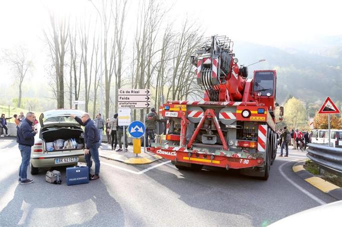 I soccorsi e i rilievi delle forze dell'ordine nel punto in cui un'ambulanza è stata travolta da un treno all'altezza del passaggio a livello di Pontida