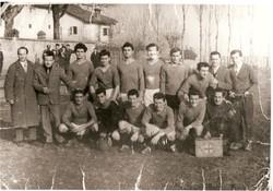 Il verdello calcio 1957/1985 - Al centro in ginocchio con la maglia nera il portiere Gigi Pizzaballa; Il primo a sx in piedi l'accompagnatore Samuele Mossari