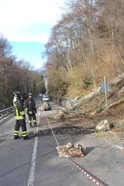 Strada chiusa per caduta massi a Cornalba