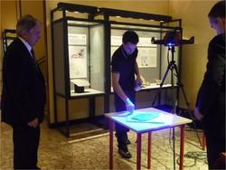Un momento durante la scansione 3D di Eudimorphodon nelle sale espositive del Museo di Scienze di Bergamo