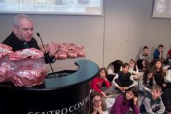 Monsignor Beschi alla consegna del panettone della solidarietà