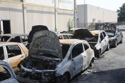 Le auto incendiate nel parcheggio di Orio al Serio